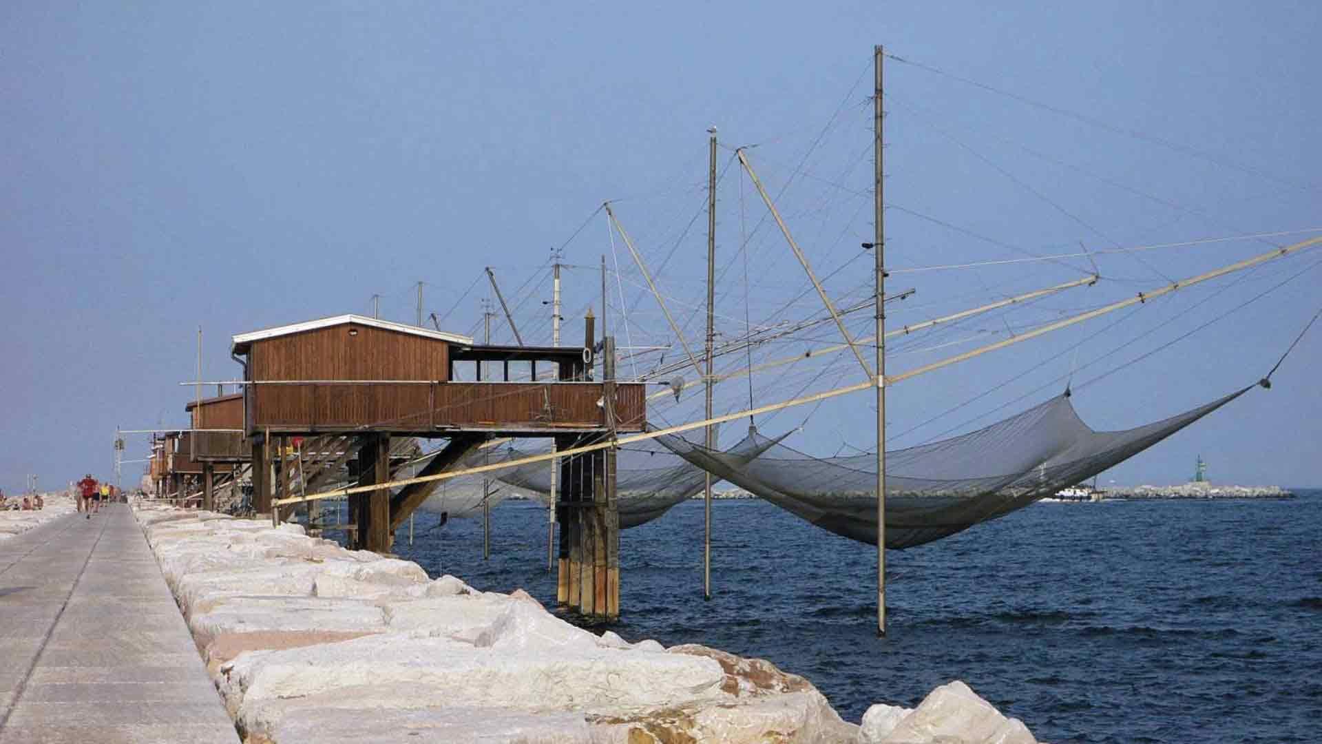 Sottomarina - La diga, i casoni con le reti da pesca